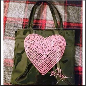 NWOT BETSEY JOHNSON COSMETIC BAG WITH HEART ON IT